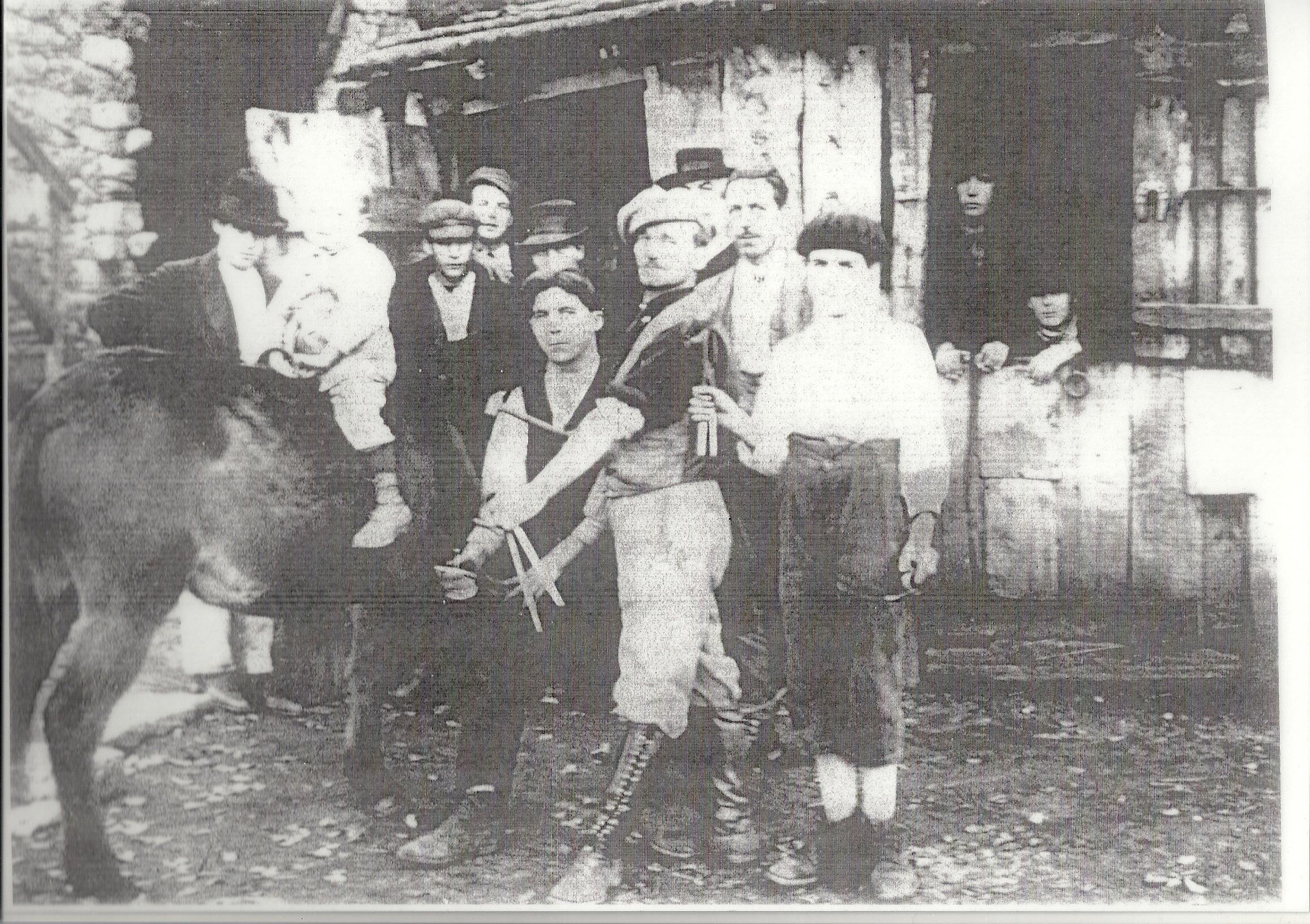 de gauche a droite pascal magni franchi jean dominique poli antoine(dit toto)le petit garçon peut etre foatelli charlot en 1920